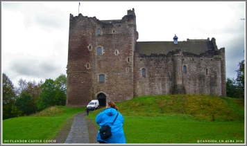 Mandy approaches Doune Castle, keeping an eye out for approaching Highlanders.
